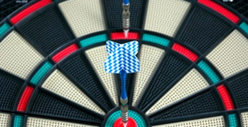 Una diana electrónica con dos dardos clavados, uno en el triple 20 y otro en el centro