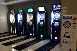 Varias dianas electrónicas para bares alineadas antes de una competición